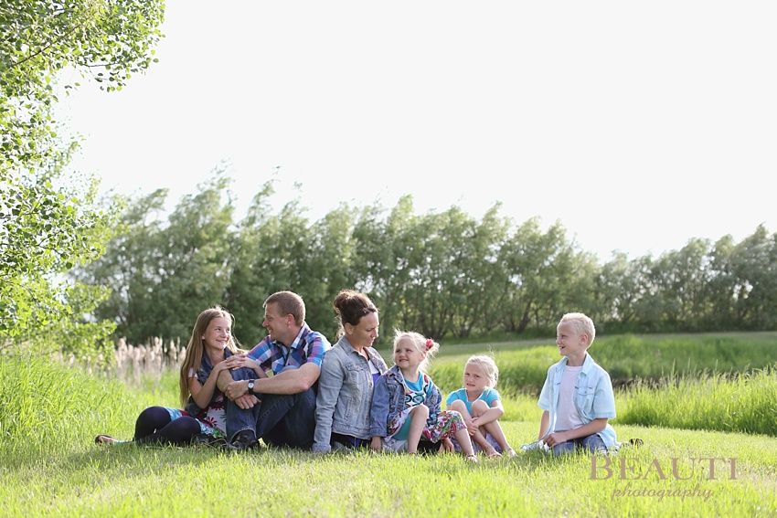 BEAUTI photography Saskatoon family lifestyle portrait photography Saskatchewan family photographer children love happiness Saskatoon outdoor lifestyle photography family portrait summer photo