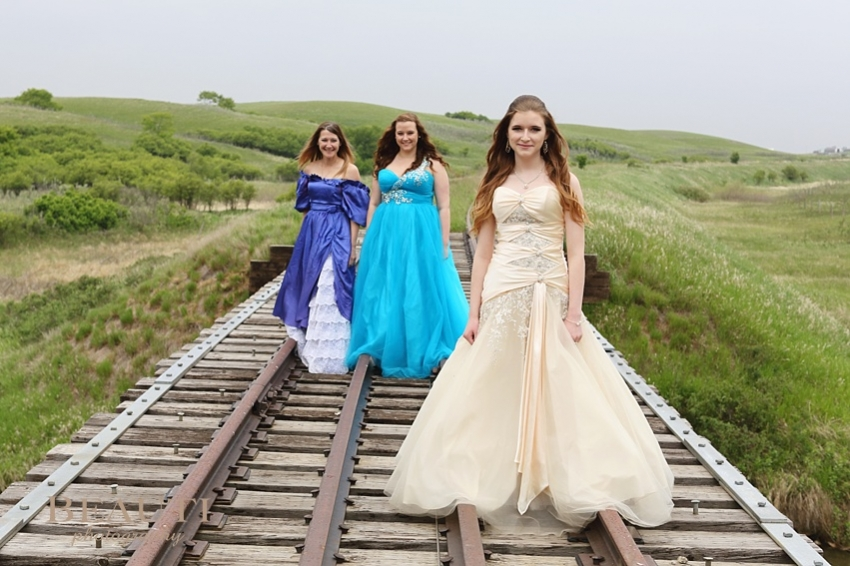 Weyburn graduation photography outdoor lifestyle photography Tribune Saskatchewan photographer abandoned railroad tracks Brooking prairie setting gorgeous graduate portraits mother and daughters grad gown photo