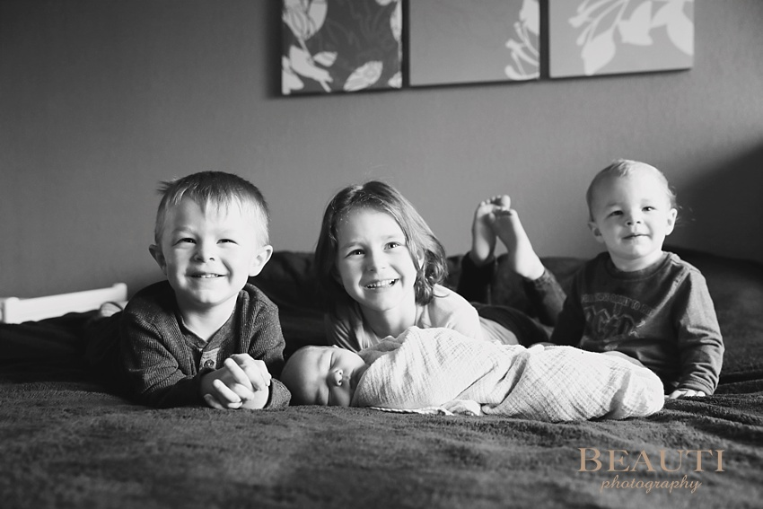 Radville Saskatchewan family lifestyle photography newborn photographer in-home life at home session new baby boy siblings happy family newborn lifestyle photographer photo