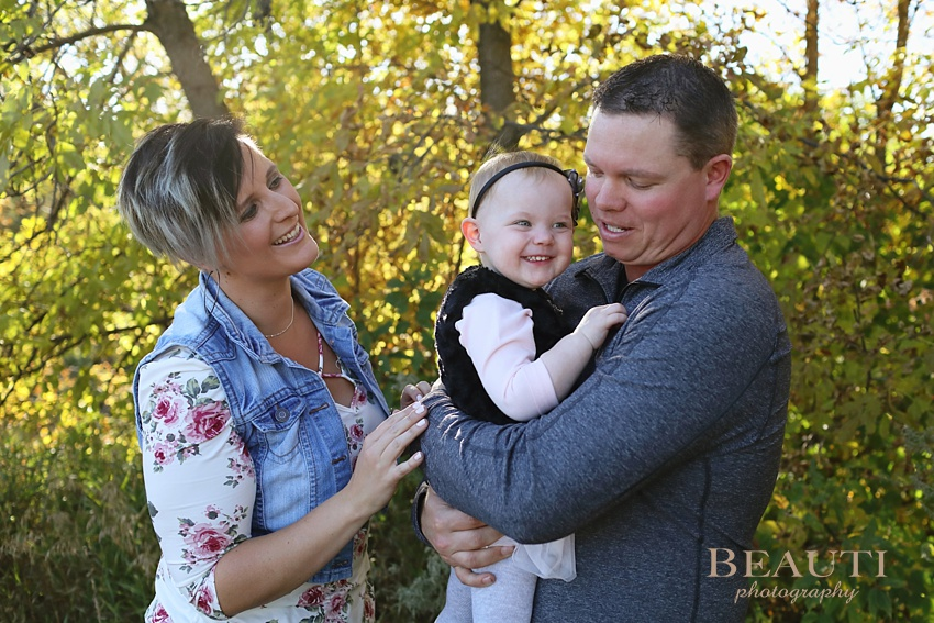 BEAUTI photography Tribune Saskatchewan outdoor family portrait photographer extended family portrait photography Woodlawn Regional Park Estevan family photographer beautiful vibrant fall colors fall leaves parents and daughter photo